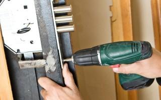 Как заменить личинку в дверном замке