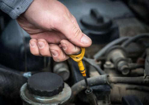 проверить уровень масла в двигателе