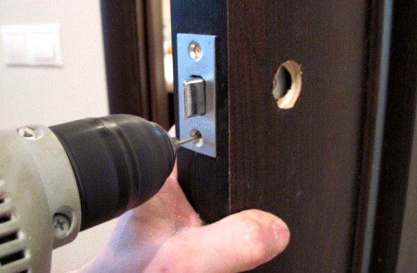 Как починить замок на двери квартиры